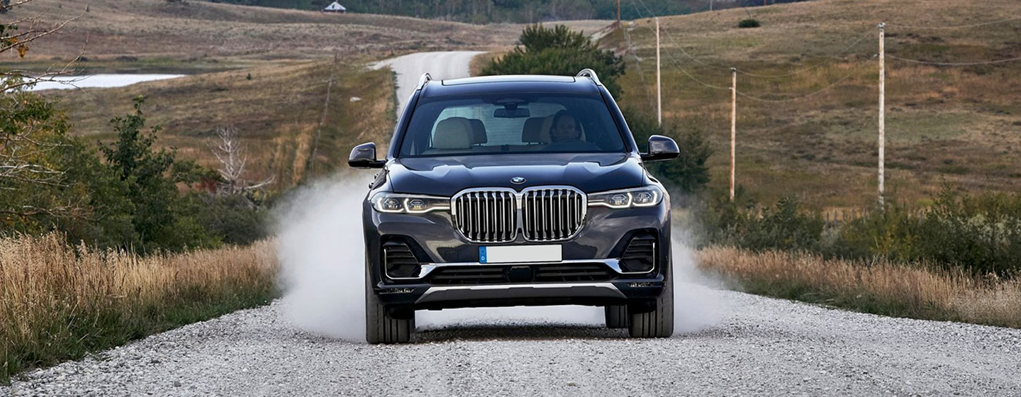 2019 BMW X7 front view in motion.