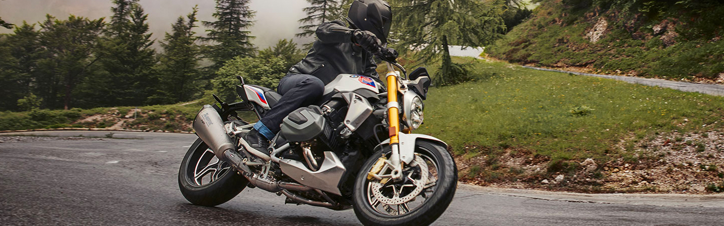 Side view of the 2020 BMW 1250 R turning in the rain