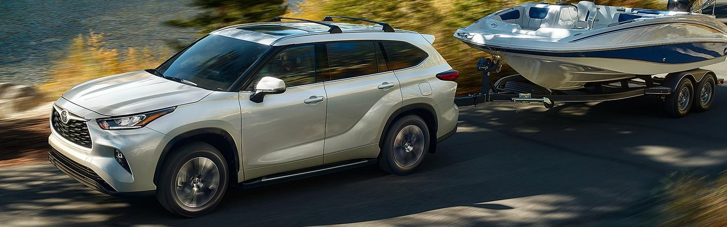 2020 Toyota Highlander towing a boat