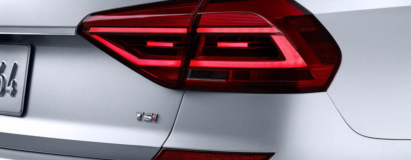 VOLKSWAGEN PASSAT tail light