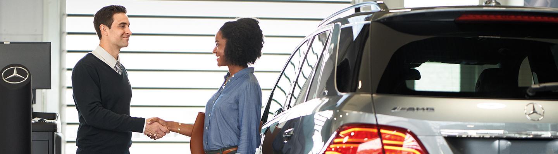 Handshake between a Mercedes-Benz customer and team member
