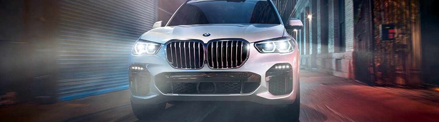 2019 BMW X5 Front End – Driving through an alley
