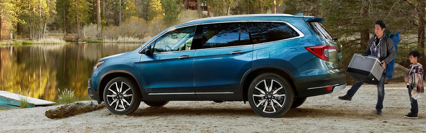 Person opening liftgate on the 2020 Honda Pilot