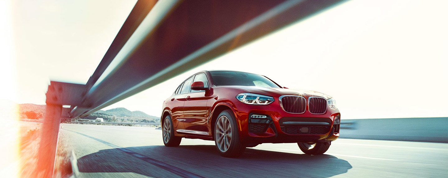 Front right of the BMW X4 in motion
