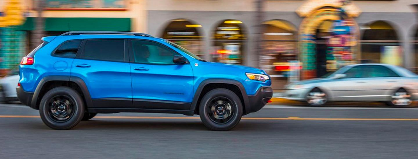 Side view of the 2020 Jeep Cherokee in motion