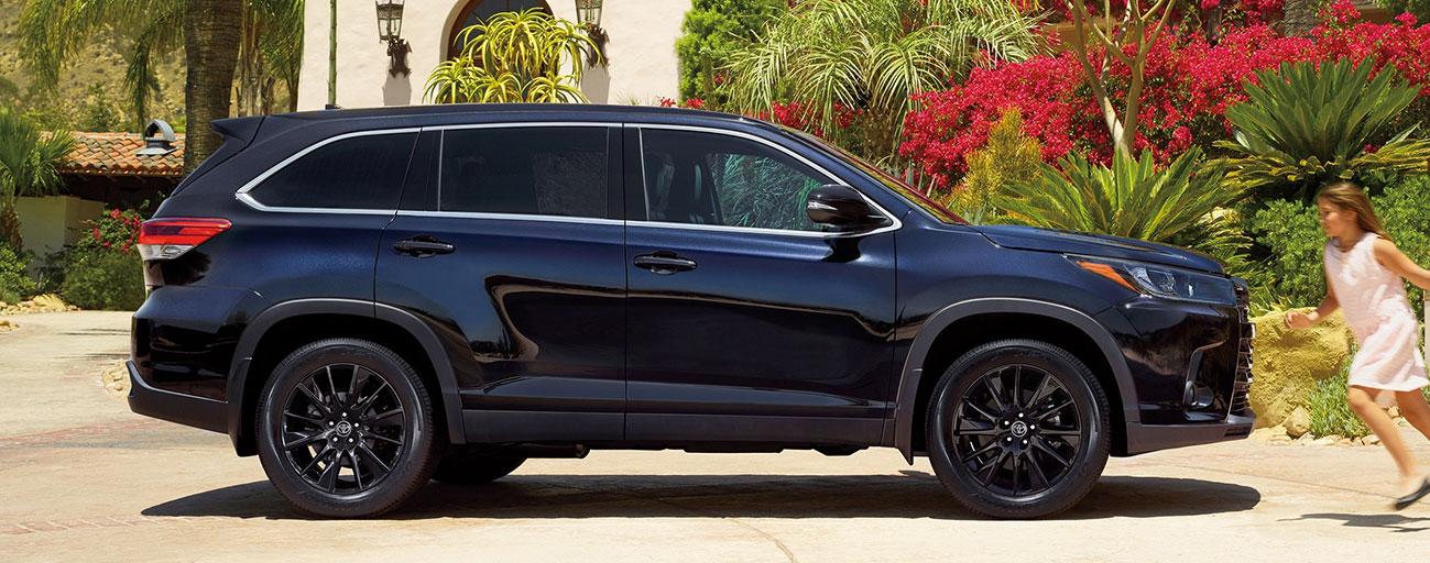 2019 Toyota Highlander Exterior - Dark Blue - Side view parked.