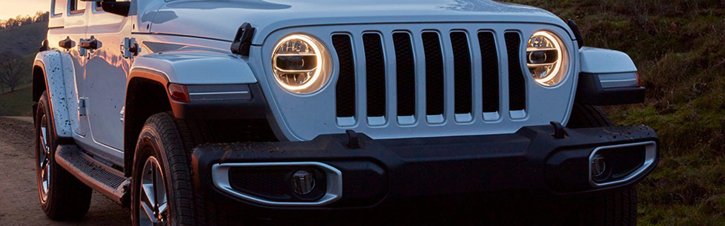 Close up of the front headlights of the 2020 Jep Wrangler