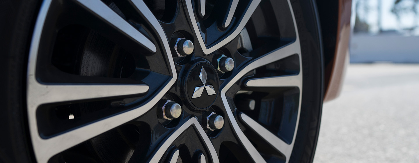 2019 Mitsubishi Outlander wheel view.