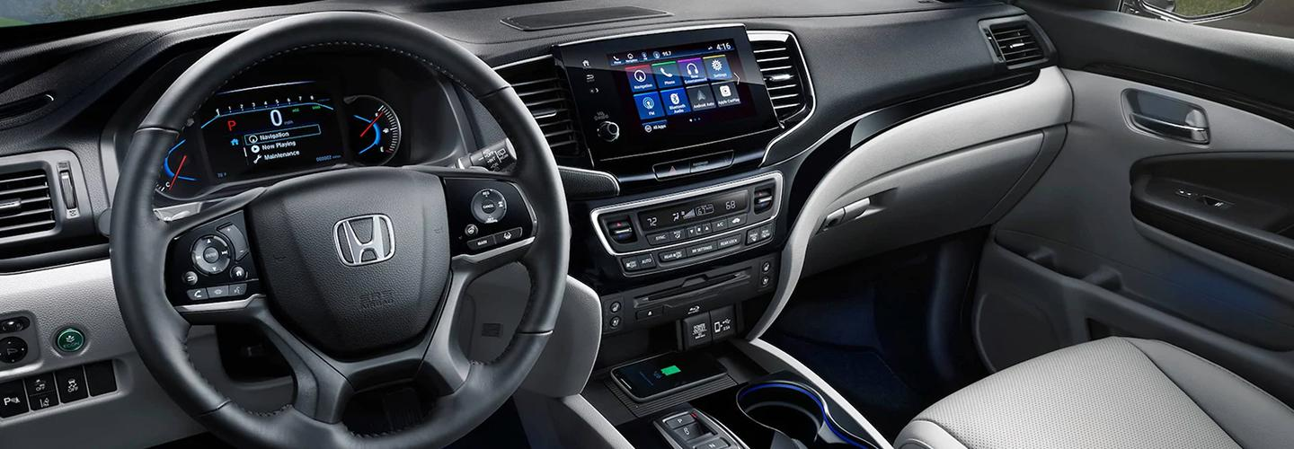 Steering wheel and entertainment console of the Honda Pilot