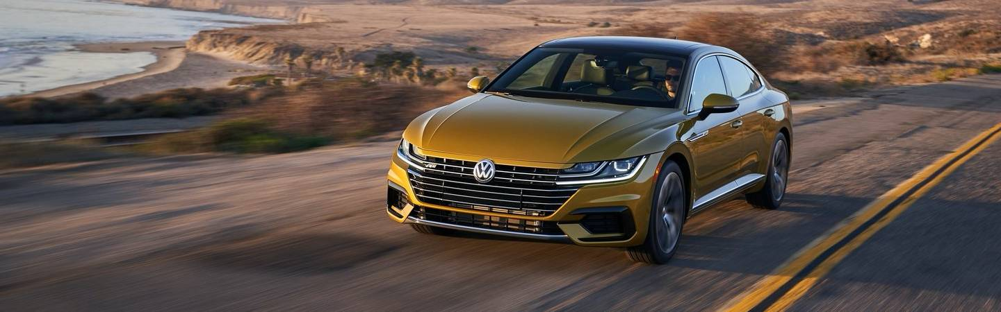 Front view of the 2019 Volkswagen Arteon in motion outside